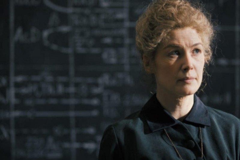 """Biopik Marie Curie """"Radioactive"""" tayang di Prime Video bulan ini"""