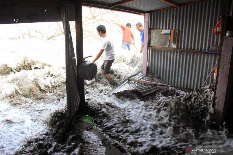 Gelombang pasang di Aceh Barat rusak rumah warga