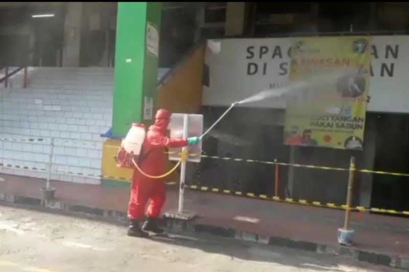 Petugas mendisinfeksi Pasar Pramuka untuk cegah COVID-19