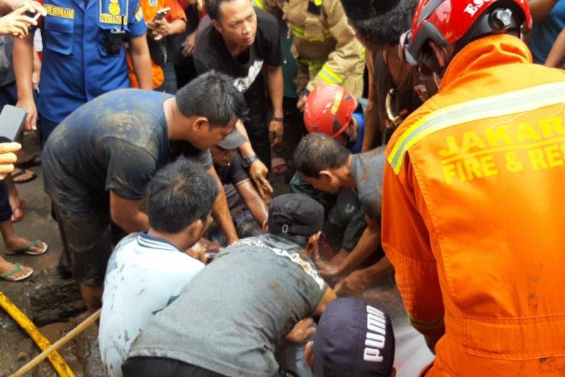 Damkar Jaksel evakuasi lansia tewas tercebur di