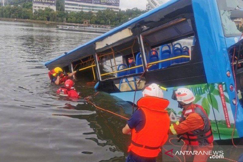 Sopir China kedapatan mabuk dan sengaja ceburkan bus ke danau