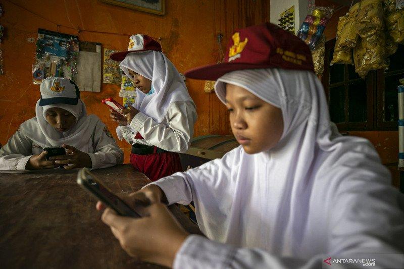 Hari pertama sekolah secara daring di Batam