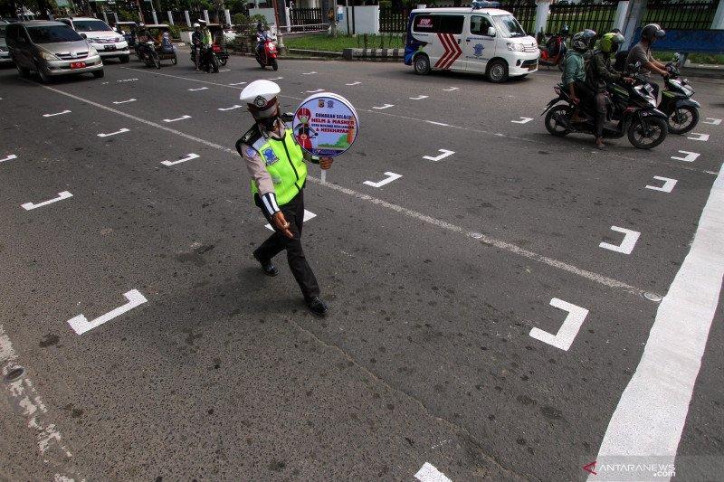 Penerapan jaga jarak kawasan traffic light