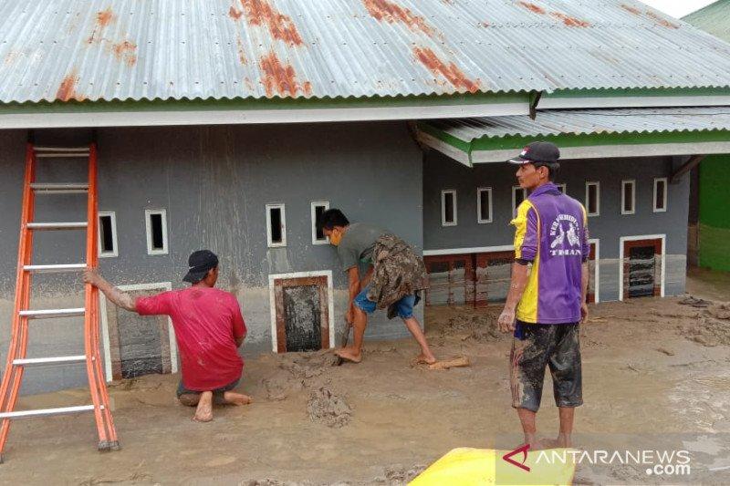 Warga Luwu Utara gotong royong bantu evakuasi korban banjir