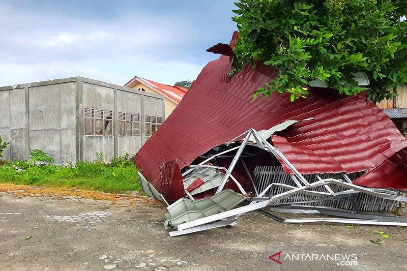 Puting beliung hempaskan atap bangunan ke tanah di Aceh Singkil