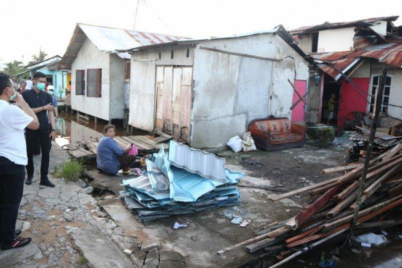 Sekitar 300 rumah rusak akibat terjangan puting beliung di Pontianak