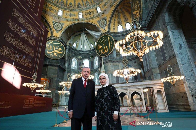 Ribuan orang berkumpul di Hagia Sophia untuk shalat Jumat perdana