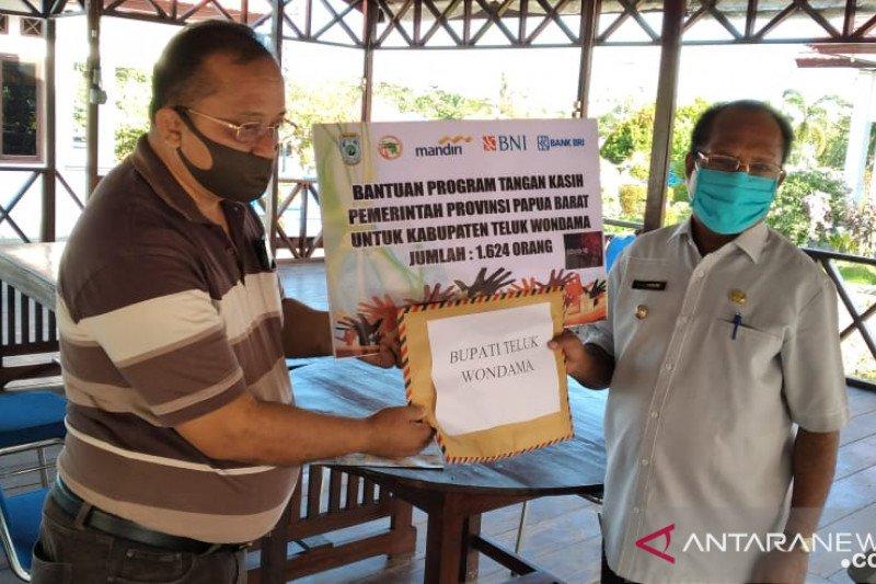 Ribuan pekerja informal di Wondama terima santunan