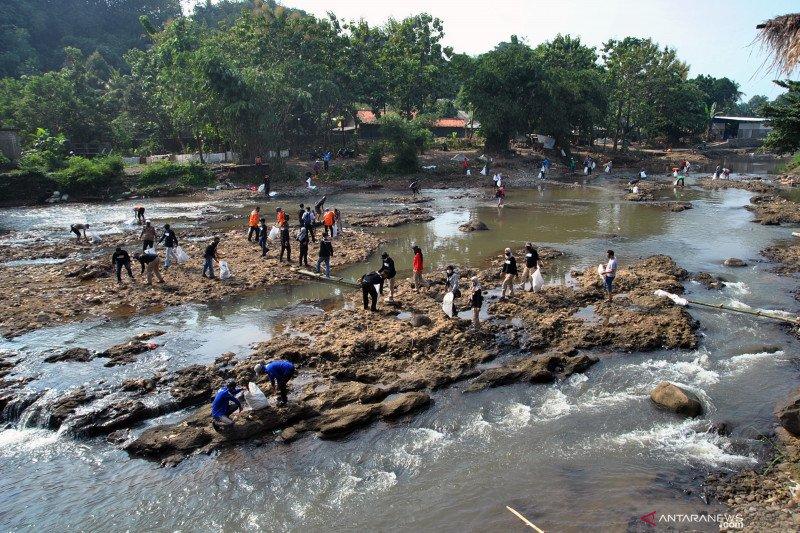 Mulung sampah Ciliwung di Hari Sungai Nasional