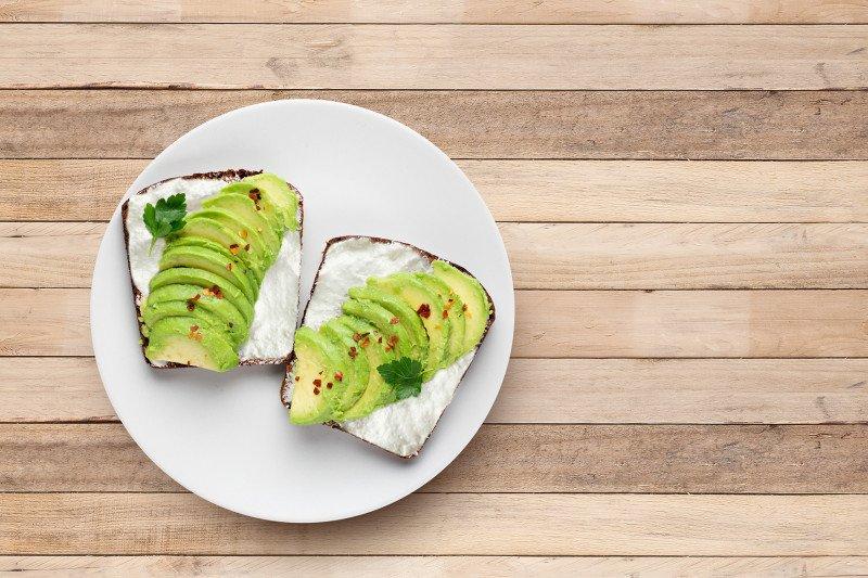 Bosan sarapan nasi? Coba resep mudah avocado toast & omelet keju jamur