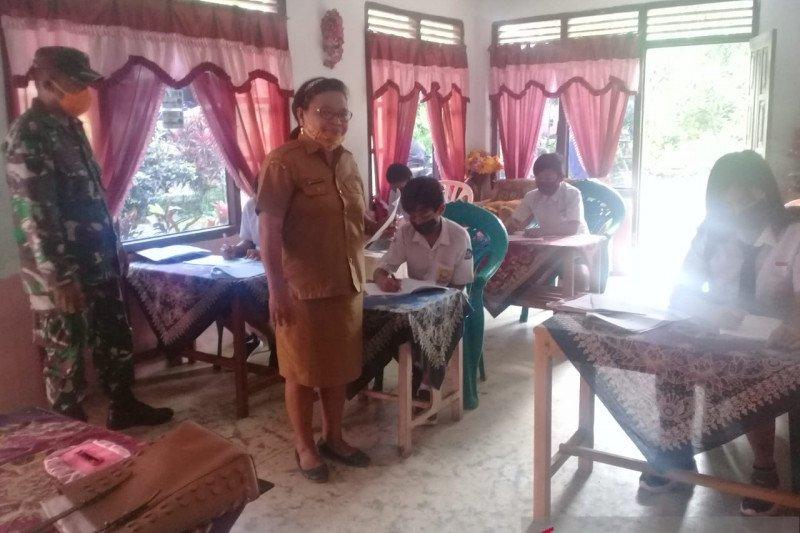 Babinsa di Kepulauan Siau pantau belajar mengajar di rumah warga