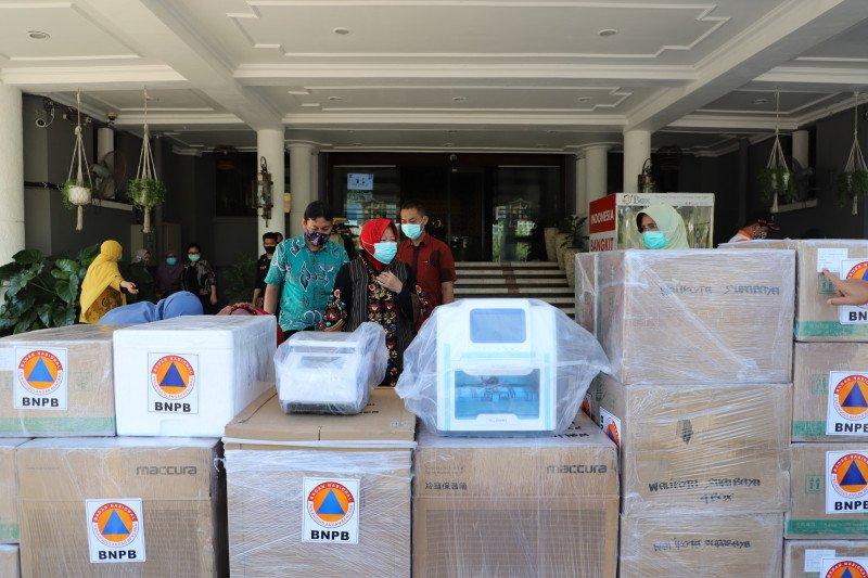 BNPB bantu satu unit mesin PCR untuk penanganan COVID-19 di Surabaya