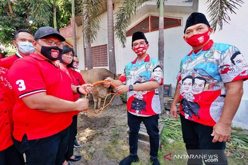 Gibran serahkan sapi kurban ke DPC PDIP Surakarta