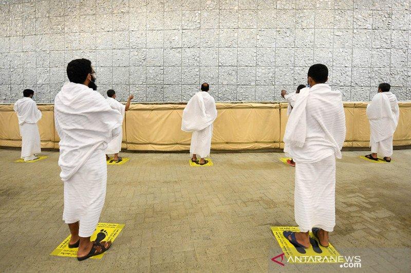 Jamaah haji lempar jumrah usai wukuf di Arafah