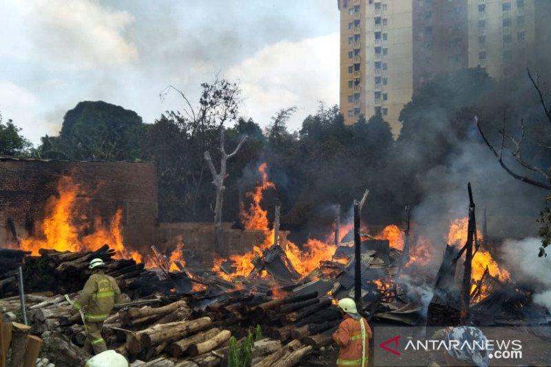 Tumpukan kayu di lahan 800 meter persegi terbakar di Jakarta Timur