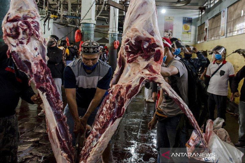 Warga Bandung berkurban di rumah pemotongan hewan