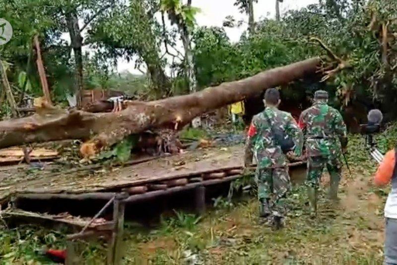 Prajurit TNI bantu warga korban puting beliung