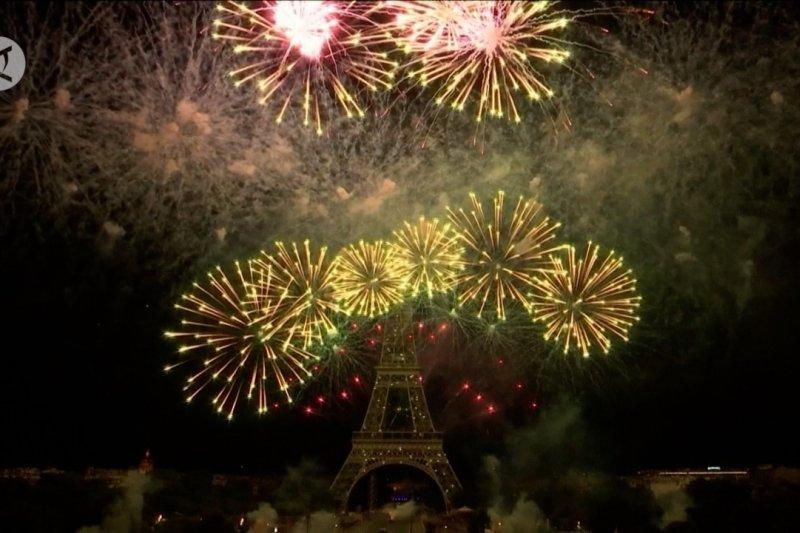 Ledakan warna bertaburan di langit Paris