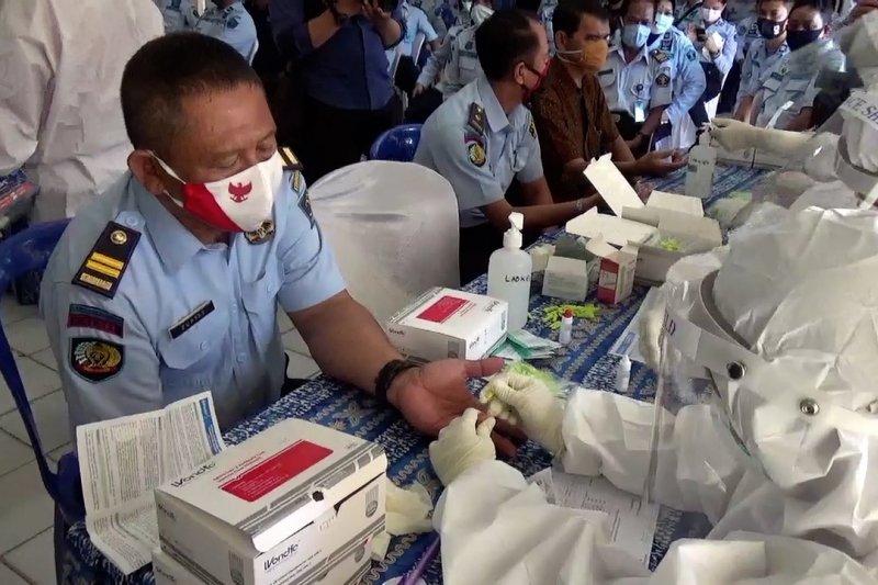 Ratusan pegawai Lapas Teluk Dalam Banjarmasin jalani tes cepat COVID-19