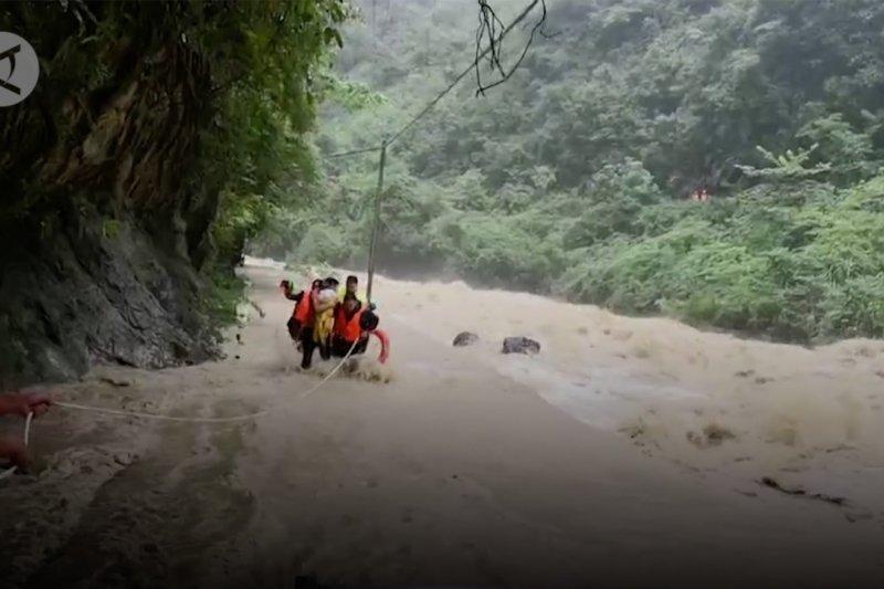 Aksi polisi selamatkan keluarga dari terjangan banjir di Hubei