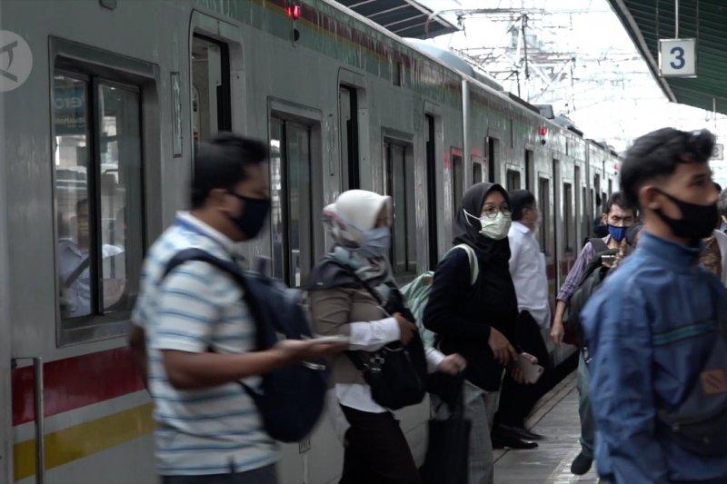 Begini suasana stasiun Manggarai di hari pertama perpanjangan PSBB Transisi