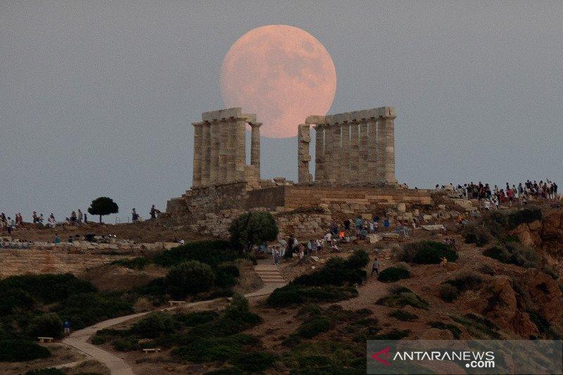 Menikmati bulan purnama di Kuil Poseidon kuno