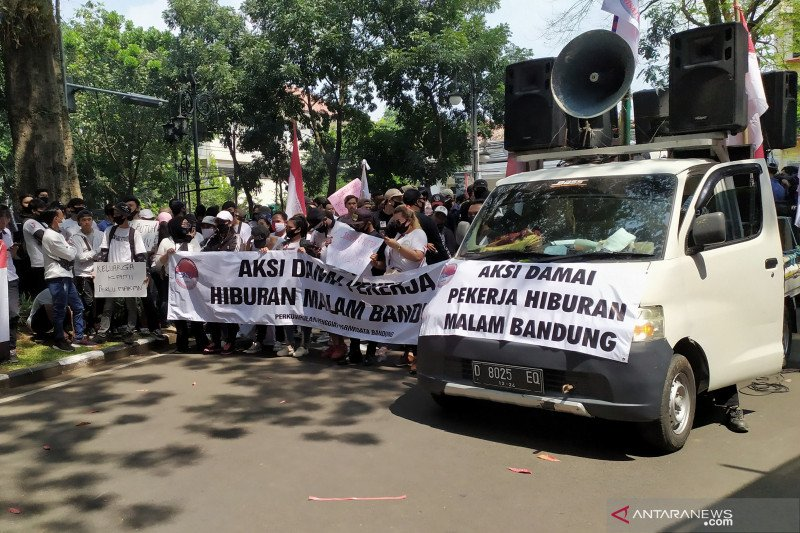 Ratusan pekerja aksi di Balai Kota Bandung, tuntut hiburan malam buka