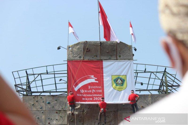 Bogor kibarkan kain merah putih raksasa di papan panjat tebing