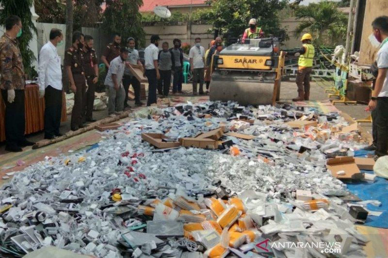 Kejari Palembang musnahkan puluhan ribu gawai ilegal asal Tiongkok
