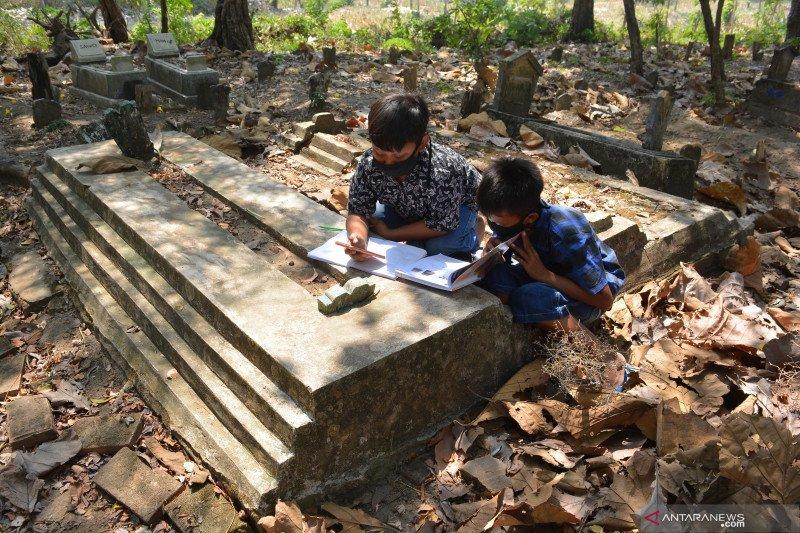 Pelajar Jombang belajar di makam karena susah mendapatkan sinyal
