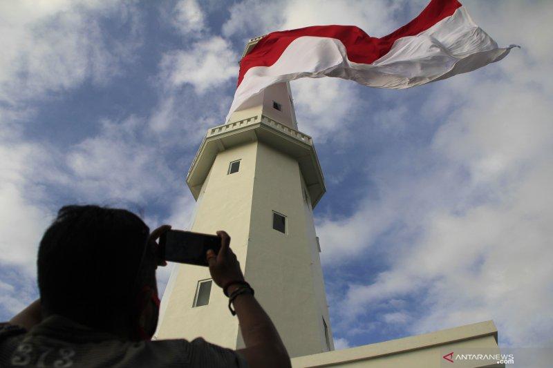 Kantor navigasi Kupang kibarkan bendera Merah Putih raksasa