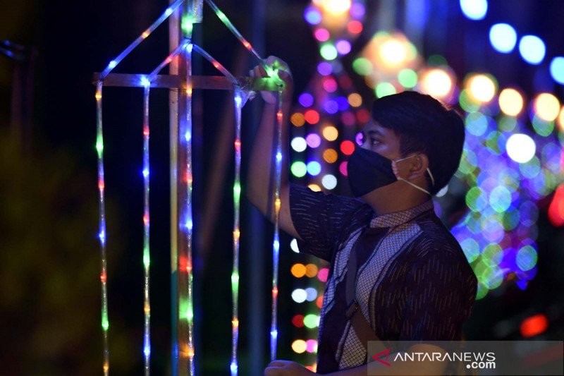 Warna-warni lampu hias sambut perayaan hut kemerdekaan RI