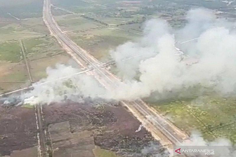 Lahan di pinggir tol Palembang-Indralaya terbakar