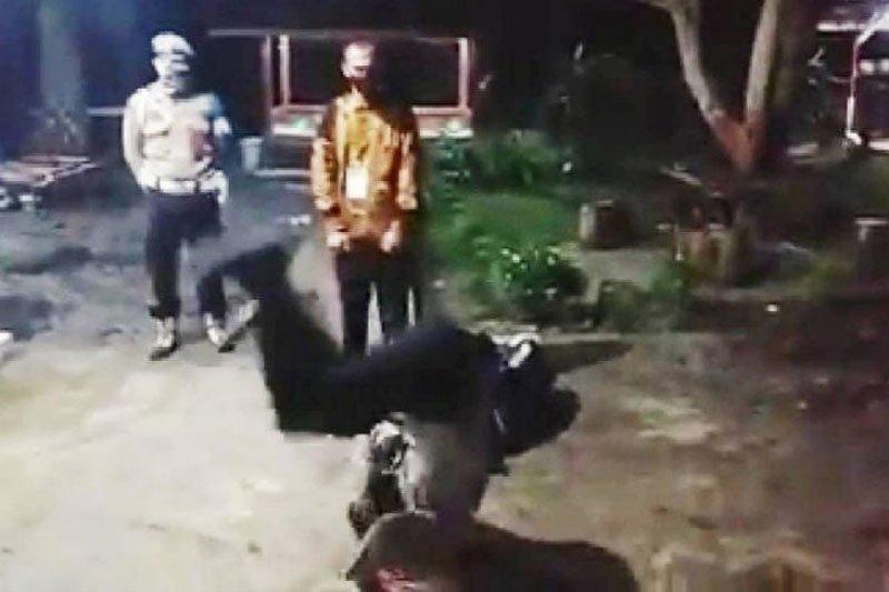 Kapolsek Maliku jungkir balik kegirangan warganya lulus jadi polisi
