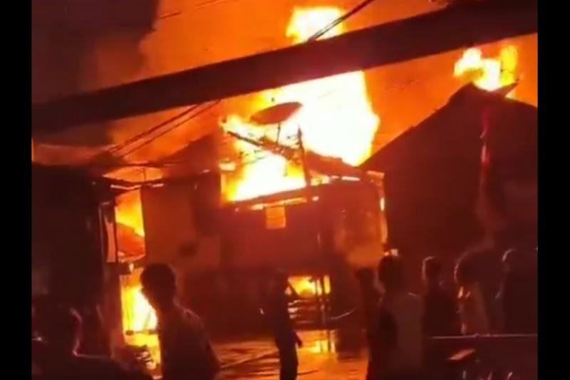 100 awak damkar padamkan api di Duri Utara