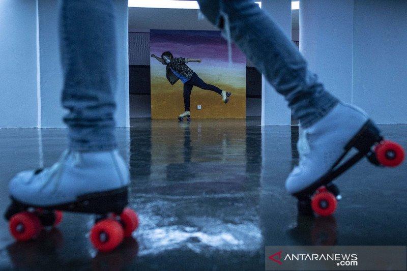 Menikmati instalasi seni dengan bersepatu roda