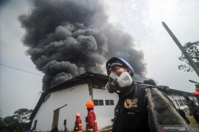 Api lahap sebuah pabrik kapas di Bandung