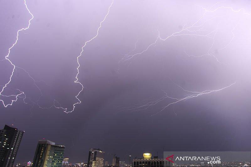 BMKG sebut hujan petir guyur sejumlah wilayah Jakarta pada siang hari