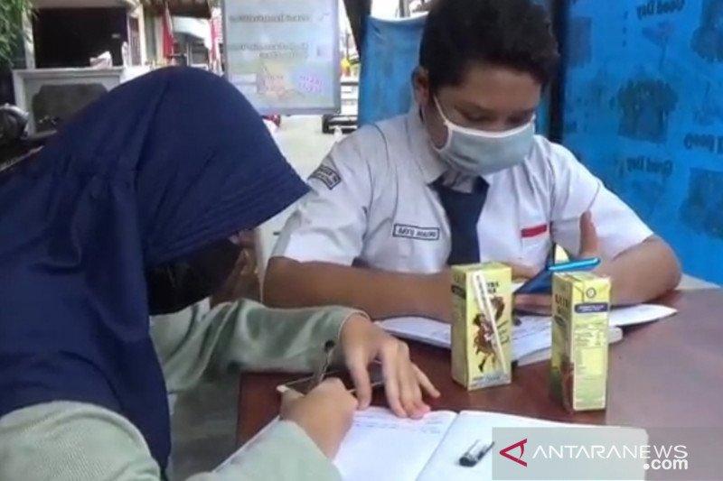 Warga Pondok Kelapa sedekah wifi untuk pelajar