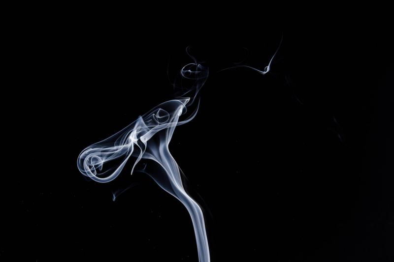 Bisakah terkena COVID-19 dari asap rokok?