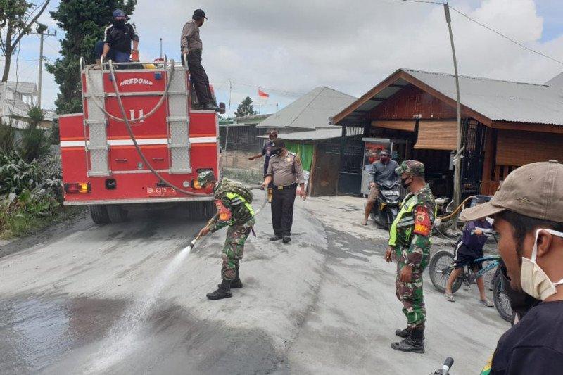 Pembersihan debu erupsi Sinabung masih terus dilanjutkan