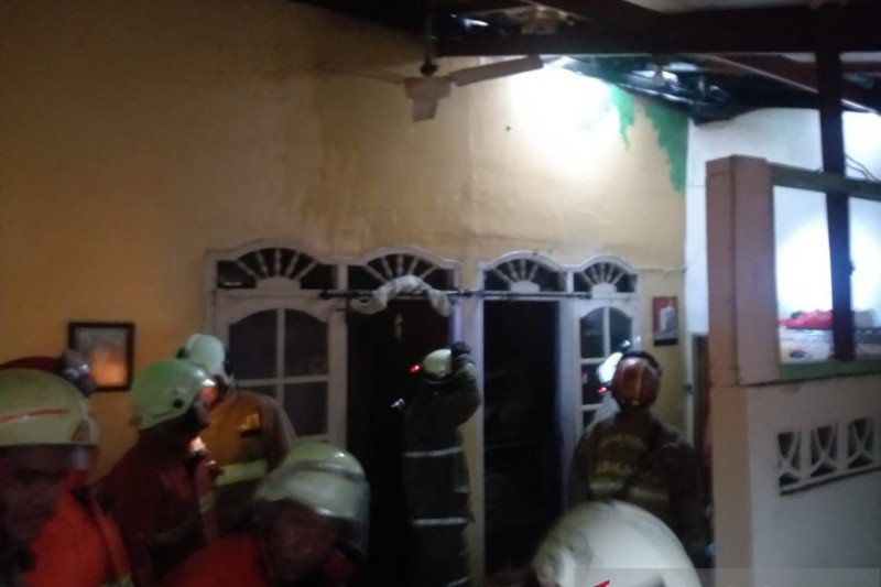 Rumah di Jakarta Timur terbakar saat hujan deras disertai petir