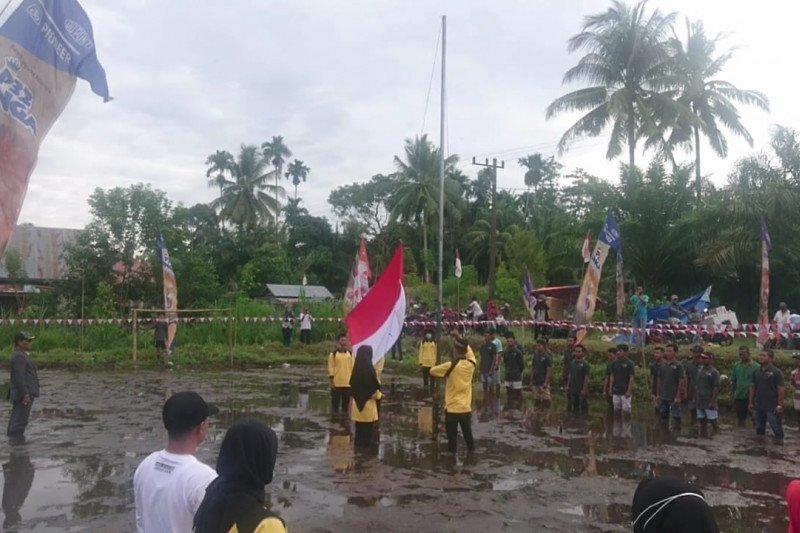 Masyarakat Pujurahayu Pasaman Barat upacara bendera di tengah sawah