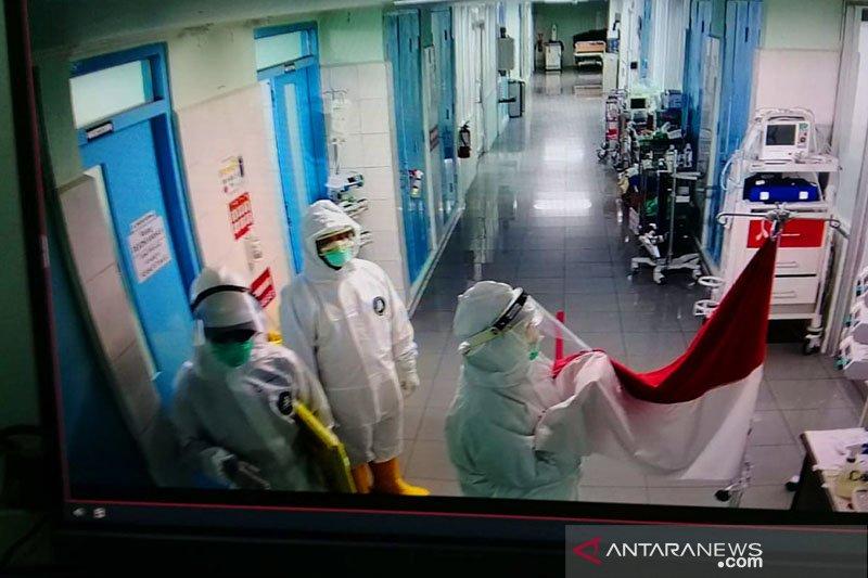 Tenaga medis RSUP Dr Sardjito upacara bendera di ruang isolasi