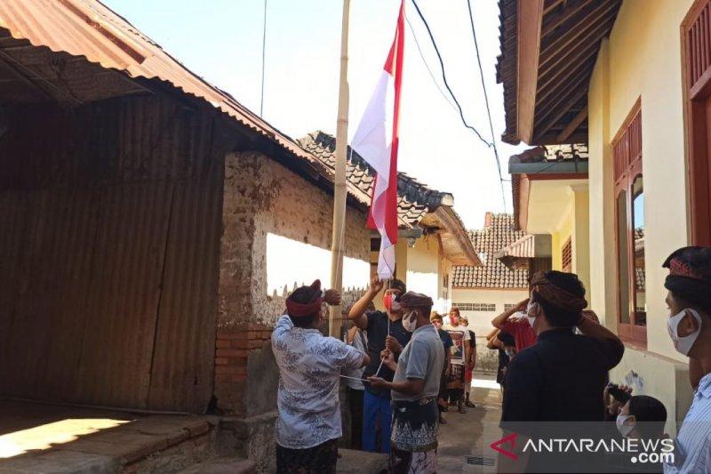 Warga Desa Adat Buleleng kibarkan bendera di rumah ibunda Bung Karno
