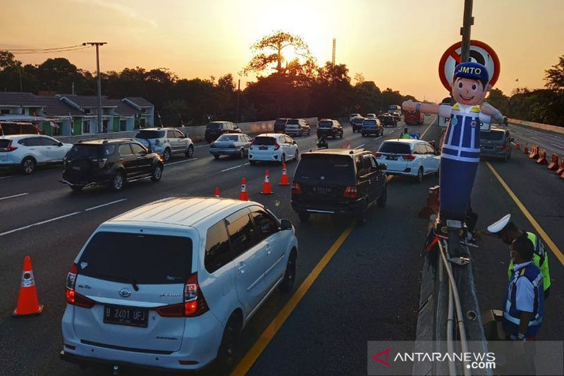 "Jalan Tol Jakarta-Cikampek arah Jakarta diterapkan ""contraflow"""