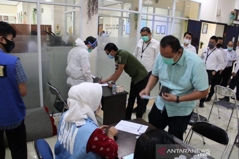 Puluhan petugas Kantor Imigrasi Sukabumi menjalani pemeriksaan urine