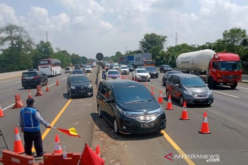"Jalan Tol Jakarta-Cikampek diterapkan ""contraflow"" atasi kepadatan"