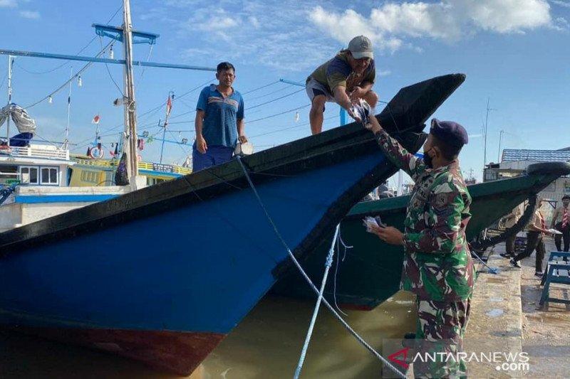 Lanal Banjarmasin bagikan 3.000 masker untuk masyarakat pesisir