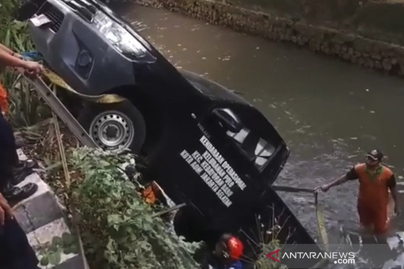 Mobil operasional PPSU Kelurahan Pulo tercemplung ke Kali Krukut